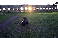 Roma, 6 Dicembre 2012.Parco degli Acquedotti.Tramonto.Ragazza che studia