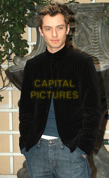 JUDE LAW.Cold Mountain photocall in Rome.9 February 2004.half length, half-length.www.capitalpictures.com.sales@capitalpictures.com.© Capital Pictures.