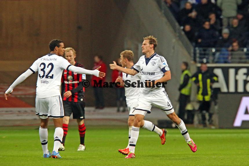Benedikt Höwedes (Schalke) jubelt über sein Tor zum 3:3 mit Joel Matip - Eintracht Frankfurt vs. FC Schalke 04, Commerzbank Arena