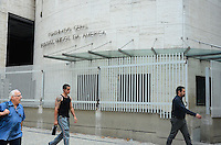 RIO DE JANEIRO, RJ, 24.01.2014 GRADE DE PROTEÇÃO / CONSULADO ESTADOS UNIDOS / RJ- Grade de proteção foi instalada no em torno do consulado dos Estados Unidos, na cinelândia, no centro do Rio de Janeiro. (Foto: Marcelo Fonseca / Brazil Photo Press).