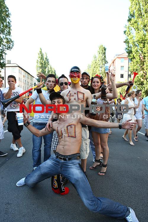 03.07.2010,  Muenchen, GER, FIFA Worldcup, Puplic Viewing Argentinien vs Deutschland,  im Bild Fans mit 4-0, Foto: nph /  Straubmeier