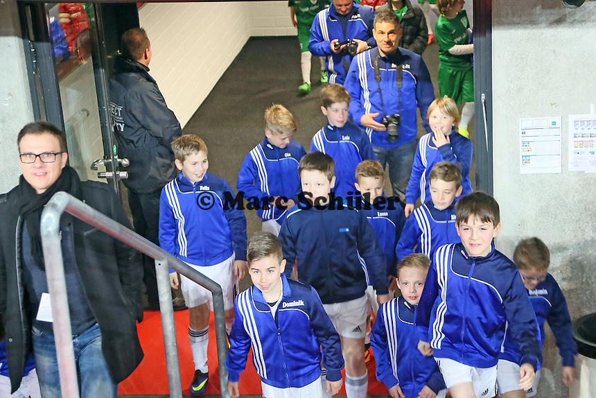 Mannschaft des TV Fränkisch-Crumbach als Einlaufkinder in der Commerzbank Arena - Eintracht Franfurt vs. Borussia Mönchengladbach, Commerzbank Arena