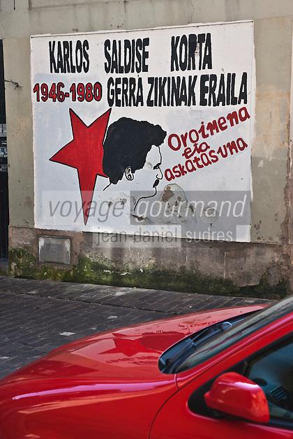 Europe/Espagne/Pays Basque/Guipuscoa/Pays Basque/Pasaia Donibane: La rue principale du village et les affiches indépendantistes basques qui témoignent de l'importance du mouvement