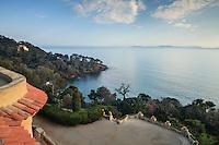 """Le Domaine du Rayol: vu le soir depuis le toit de l'Hôtel de la Mer sur la baie du Figuier, on aperçoit la villa """"le Rayollet"""" dans la végétation. Au large, l'Île du Levant."""