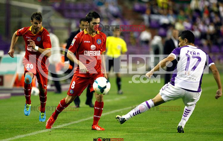 Real Valladolid´s Peña (r) and Getafe's Valera and Pablo Sarabia during La Liga match.August 31,2013. (ALTERPHOTOS/Victor Blanco)