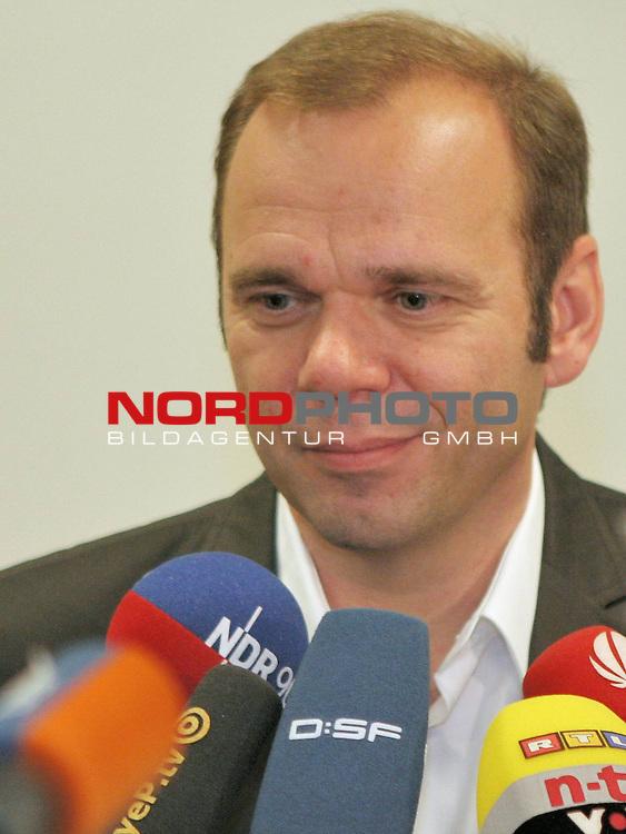 1.Liga FBL 2009/2010 Marcus Berg - PK<br /> <br /> <br /> 1.Vorsitzender Bernd Hoffmann, HSV im Interview<br /> <br /> <br /> <br /> Foto &copy; nph (nordphoto)<br /> <br /> *** Local Caption ***<br />  <br /> Portrait / Hochformat / Halformat / Halbkoerper / Halbk&ouml;rper