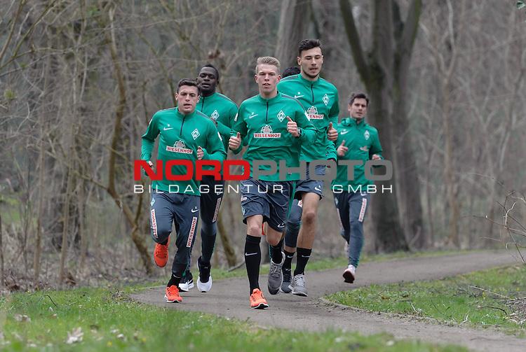 07.04.2015, B&uuml;rgerpark, Bremen, GER, 1.FBL, Training Werder Bremen, im Bild Zlatko Junuzovic (Bremen #16), Assani Lukimya (Bremen #5), Janek Sternberg (Bremen #37), Lukas Fr&ouml;de / Froede (Bremen #39)<br /> <br /> Foto &copy; nordphoto / Frisch