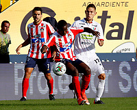 MANIZALES-COLOMBIA, 02-03-2019: Juan David Rodríguez de Once Caldas, disputa el balón con Daniel Moreno de Atlético Junior, durante partido de la fecha 8 entre Once Caldas y Atlético Junior, por la Liga de Aguila I 2019 en el estadio Palogrande en la ciudad de Manizales. / Juan David Rodriguez of Once Caldas, figths the ball with Daniel Moreno of Atletico Junior, during a match of the 8th date between Once Caldas and Atletico Junior, for the Liga de Aguila I 2019 at the Palogrande stadium in Manizales city. Photo: VizzorImage  / Santiago Osorio / Cont.