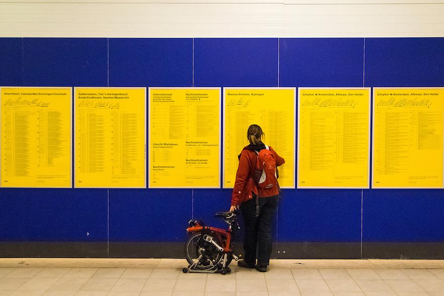 Nederland, Utrecht, 12 okt 2014<br /> Vertrekstaten op de grote gele borden op ns station Utrecht Centraal. <br /> Foto: Michiel Wijnbergh