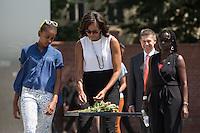 Die Frau US-Praesidenten Barack Obama, Michelle, Tochter Sasha und Obama Schwester Auma, sowie Joachim Sauer, Ehepartner von Bundeskanzlerin Angela Merkel, am Mittwoch (19.06.13) beim Gedenkstätte Berliner Mauer in Berlin. Foto: Maja Hitij/Commonlens