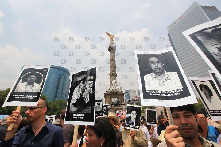 M&eacute;xico, D.F.- Periodistas marchan del &Aacute;ngel de la Independencia a la Secretar&iacute;a de gobernaci&oacute;n para exigir el derecho a la libre expresi&oacute;n y el freno a los asesinatos a periodistas en los estados, en la Ciudad de M&eacute;xico el 07 de agosto de 2010.<br /> <br /> Mexico, DF-Journalists leave the Angel of Independence to the Secretariat of government to demand the right to free speech and the brake to the murders of journalists in the States, in Mexico City on August 7, 2010.