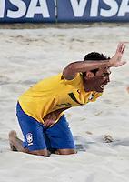 RAVENNA, ITALIA, 10 DE SETEMBRO 2011 - MUNDIAL BEACH SOCCER / BRASIL X PORTUGAL - Anderson jogador do Brasil, apos ser atingindo em partes baixas durante a partida contra jogador Jordan do Portugal , válida pela semi-final do Mundial de Futebol de Areiano Estádio Del Mare, em Ravenna, na Itália, neste sábado (10).FOTO: VANESSA CARVALHO - NEWS FREE