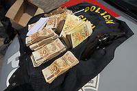 FOTO EMBARGADA PARA VEICULOS INTERNACIONAIS. SAO PAULO, SP, 29-11-2012, TENTATIVA DE ASSALTO.  Uma tentativa de assalto acabou com um suspeito preso e outro baleado na Z. Norte de Sao Paulo. O crime aconteceu na tarde dessa Quinta (29) na Av. Guilherme altura do numero 770, Tres suspeitos chegaram em um carro com sirene, vestindo coletes da Policia Civil, o alvo era uma Van que estava transportando fraldas e um envelope com R$88 mil. No momento da abordagem uma viatura da PM passava pelo local e suspeitou da movimentacao, ao abordar a falsa viatur, um suspeito fugiu, outro foi preso e o terceiro trocou tiro com a PM e foi baleado, todo produto do roubo foi recuperado pela PM. A ocorrencia foi encaminhada ao DEIC. FOTO : Luiz Guarnieri/ Brazil Photo Press.