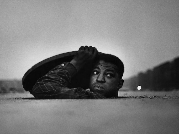 &copy; Fondation Gordon Parks<br /> L'Homme invisible, Harlem, New York, 1952<br /> -----<br /> &copy; Gordon Parks Foundation<br /> The Invisible Man, Harlem, New York, 1952