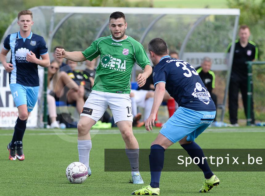 VK Dadizele - Sparta Heestert :  Kenzie Vandeputte (links) aan de bal voor Cedric Cappelaere (r) <br /> Foto David Catry | VDB | Bart Vandenbroucke