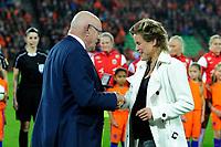 GRONINGEN -  Voetbal, Nederland - Noorwegen, Noordlease stadion, WK kwalificatie vrouwen, 24-10-2017,   Michael van Praag huligd Daphne Koster als bondsridder
