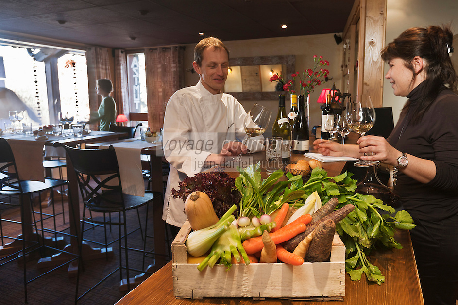 Europe/France/Rhone-Alpes/73/Savoie/Courchevel/ Le Praz: François et Sandrine Moureaux  préparent leur nouvelle  carte de vins, Restaurant: Azimut, immeuble l'Or Blanc, [Non destiné à un usage publicitaire - Not intended for an advertising use]