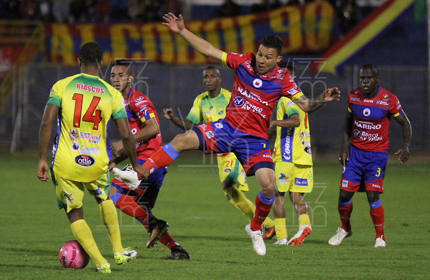 PASTO - COLOMBIA, 22-10-2018: Luis Carlos Arias (Der) jugador del Deportivo Pasto disputa un balón con Carlos Riascos (Izq) jugador de Atletico Huila durante partido por la fecha 16 de la Liga Águila II 2018 jugado en el estadio La Libertad de Pasto. / Luis Carlos Arias (R) player of Deportivo Pasto vies for the ball with Carlos Riascos (L) player of Atletico Huila during match for the date 19 of the Aguila League II 2018 played at La Libertad stadium in Pasto. Photo: VizzorImage / Leonardo Castro / Cont