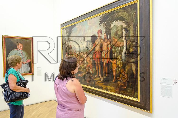 Visitantes observam quadro em exposição na Pinacoteca do Estado de São Paulo, São Paulo - SP, 01/2013.                                     - Uso de imagem autorizado