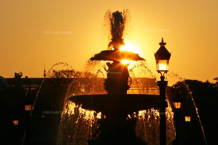 09.04.2007 Paris (France)<br /> <br /> Coucher de soleil sur la fontaine de la place de la Concorde.<br /> <br /> Sunset on the fountain of place de la Concorde.
