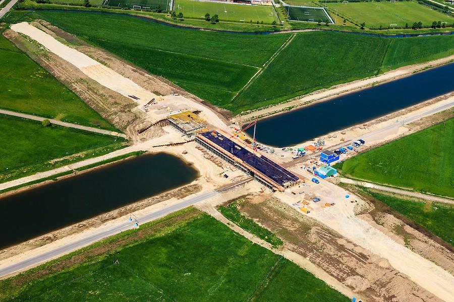 Nederland, Noord-Brabant, Den Bosch, 09-05-2013; werkzaamheden aan de Zuid-Willemsvaart. Begin van het nieuwe kanaal bij Gewande, ten Oosten van Empel. Het kanaal wordt verbreed, uitgegraven en omgelegd - zodat de binnenstad van Den Bosch vermeden kan worden. Het gaat niet allen om een omlegging, maar ook om een opwaardering zodat grote schepen van het kanaal gebruik kunnen blijven maken.<br /> <br /> QQQ<br /> luchtfoto (toeslag op standard tarieven);<br /> aerial photo (additional fee required);<br /> copyright foto/photo Siebe Swart.