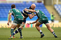 Matt Garvey of Bath Rugby takes on the London Irish defence. Aviva Premiership match, between London Irish and Bath Rugby on November 19, 2017 at the Madejski Stadium in Reading, England. Photo by: Patrick Khachfe / Onside Images