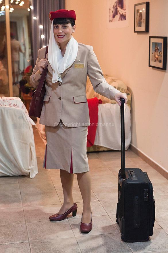 Monica Cappello, cagliaritana, archeologa, dopo aver tentato invano di lavorare in Sardegna e in Italia come archeologa, ha accettato un contratto di lavoro come  assistente di volo per una compagnia aerea low cost britannica. Poi è passata alla  Emirates Airlines. Pratica la pallanuoto. Qui è ritratta nella sua casa a Dubai mentre è in procinto di partire per un volo.