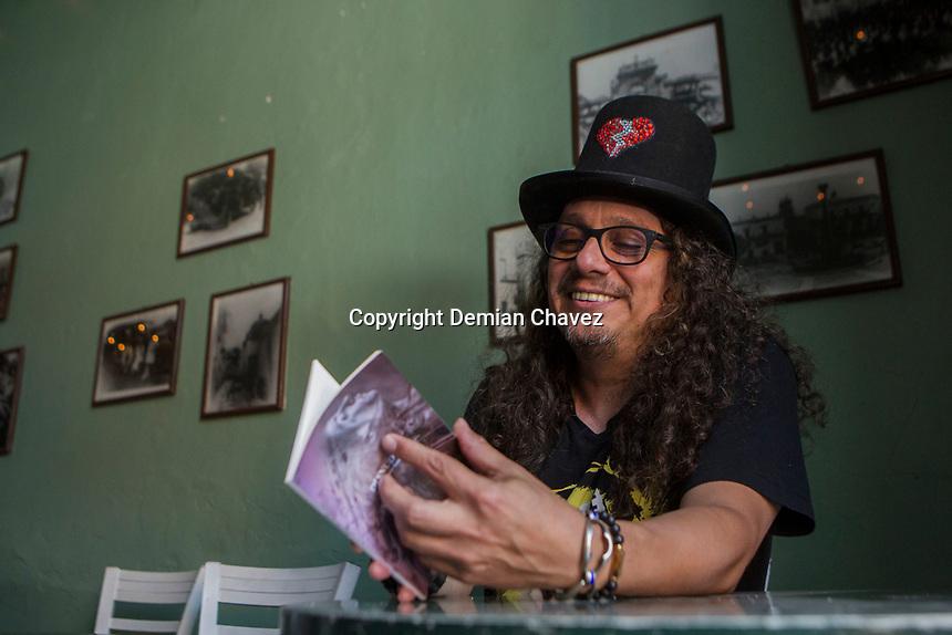 Querétaro, Qro. 12 de abril de 2018.- El canta autor Lazcano Malo durante su rueda de prensa avisora los preparativos de su proximo concierto en la entidad.