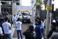 SAO PAULO SP, 06 MARCO 2013 - MORTE CANTOR CHORAO - Policiais do IML deixam o prédio de Chorão, vocalista e líder da banda de rock santista, Charlie Brown Jr, onde o músico foi encontrado morto nesta madrugada, 6, em Pinheiros, na zona oeste de São Paulo.(FOTO: ADRIANO LIMA / BRAZIL PHOTO PRESS).