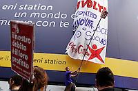 Milano: manifestazione «Occupyamo piazza Affari» per protestare contro la crisi economica e la manovra economica del Governo Monti..Studenti universitari appendono uno striscione per protestare conto la crisi economica.