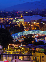 Fluss Kura-Mtkwari mit Servicecenter, Altstadt und Friedensbrücke, Tiflis– Tbilissi, Georgien, Europa<br /> River Kura-Mtkwari, Service center and bridge of peace, Tbilisi, Georgia, Europe