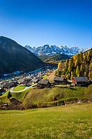 Italien, Suedtirol (Trentino - Alto Adige), Dolomiten, Campilltal: Bergdorf Campill vor der Puezgruppe | Italy, South Tyrol (Trentino - Alto Adige), Campill Valley (Val di Longiarù): mountain village Campill (Longiarù) and Puez mountains (Gruppo del Puez)