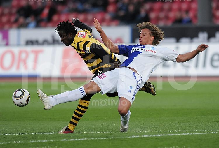 Fussball  Axpo  Super League   30. Runde  2009/2010  13.04.2010 Grasshopper Club Zuerich - BSC Young Boys Bern   Seydou Doumbia (li, YB) gegen Martin Steuble (GC)