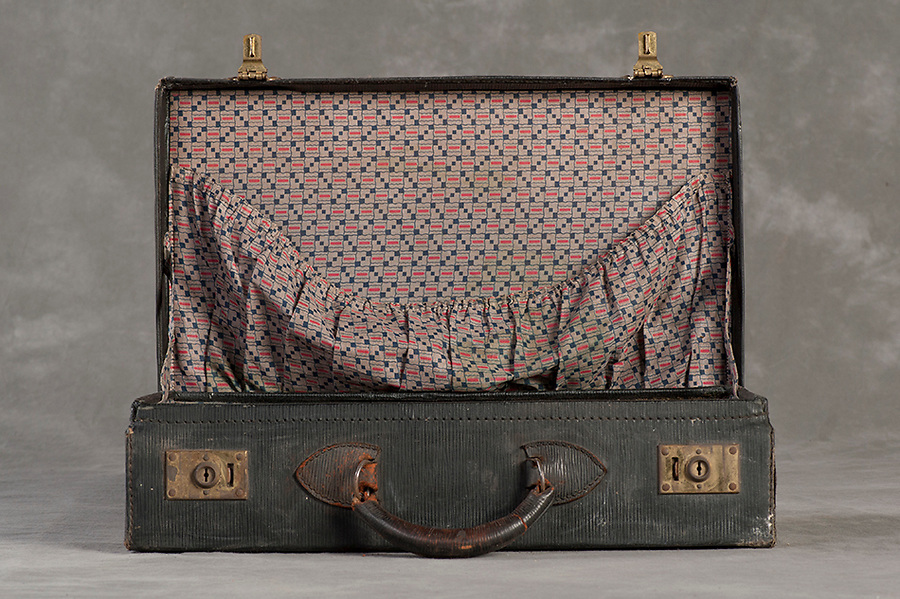 Willard Suitcases / Minnie M / ©2014 Jon Crispin