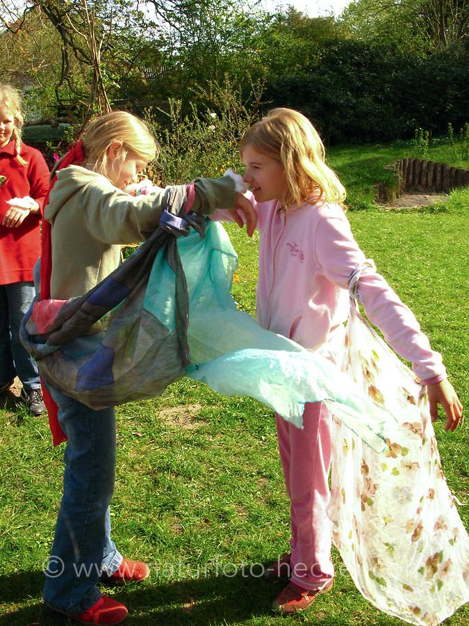 """Kindergeburtstag unter dem Motto """"Schmetterlinge"""", Geburtstagsfeier, Mottogeburtstag, Schmetterlingsfest. Kinder n wird ein Wattebauch umgebunden, der jeweils mit einem Duft markiert wird. Es gibt immer2 Düfte und die Kinder mit den gleichen Düften sollen sich anhand des Geruchs finden."""