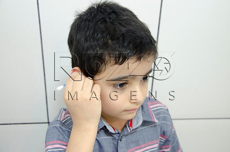 Crian&ccedil;a limpando o ouvido, S&atilde;o Paulo - SP, 10/2012. <br />  - Uso de imagem autorizado