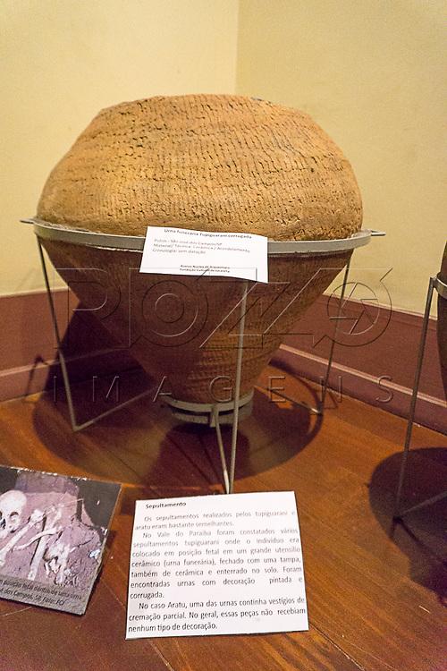 Urna funer&aacute;ria Tupiguarani corrugada no Museu de Antropologia do Vale do Para&iacute;ba, Jacare&iacute; - SP, 06/2016.<br /> S&iacute;tio Arqueol&oacute;gico do Putim, S&atilde;o Jos&eacute; do Campos - SP, Material/T&eacute;cnica: Cer&atilde;mica/Acordelamento, Cronologia: Sem data&ccedil;&atilde;o.