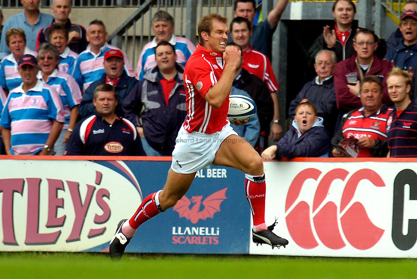 Photo: Alan Crowhurst..Llanelli Scarlets v Gloucester Rugby. Pre Season Friendly. 19/08/2006. Llanelli's Dafydd James runs in to score a try.