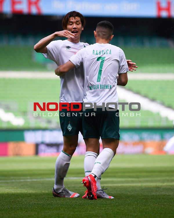 Torjubel nach dem 2-0: Yuya Osako (Werder Bremen) und Torschuetze Milot Rashica (Werder Bremen).<br /><br />Sport: Fussball: 1. Bundesliga:: nphgm001:  Saison 19/20: 34. Spieltag: SV Werder Bremen - 1. FC Koeln, 27.06.2020<br /><br />Foto: Marvin Ibo GŸngšr/GES/Pool/via gumzmedia/nordphoto
