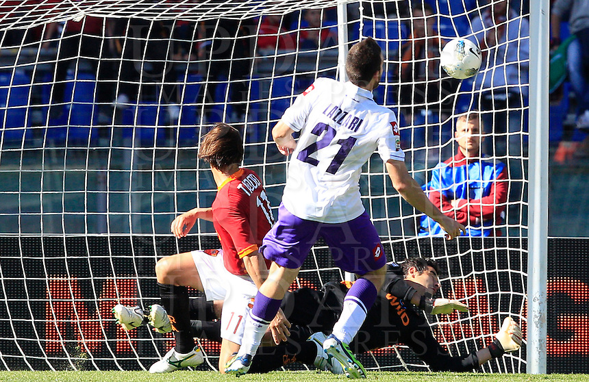 Calcio, Serie A: Roma-Fiorentina. Roma, stadio Olimpico, 25 aprile 2012. Il centrocampista della Fiorentina Andrea Lazzari, in primo piano, segna il gol decisivo. La Fiorentina ha vinto col punteggio di 2-1..Fiorentina midfielder Andrea Lazzari, foreground, scores the winning goal during the Italian Serie A football match between AS Roma and Fiorentina, at Rome Olympic stadium, 25 april 2012. Fiorentina won 2-1..UPDATE IMAGES PRESS/Riccardo De Luca