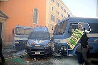 Roma, 14 Dicembre 2010.Corso Rinascimento.Manifestazione contro la fiducia al governo Berlusconi, scontri con la polizia, incendi e barricate