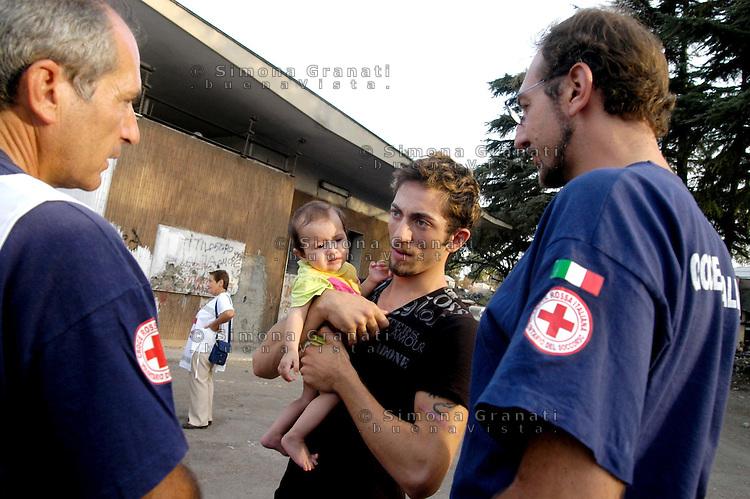 Roma, 11 settembre 2008.Campo Rom Casilino 900, censimento della Croce Rossa.Rome, 11 September 2008.Roma camp Casilino 900, census of the Red Cross