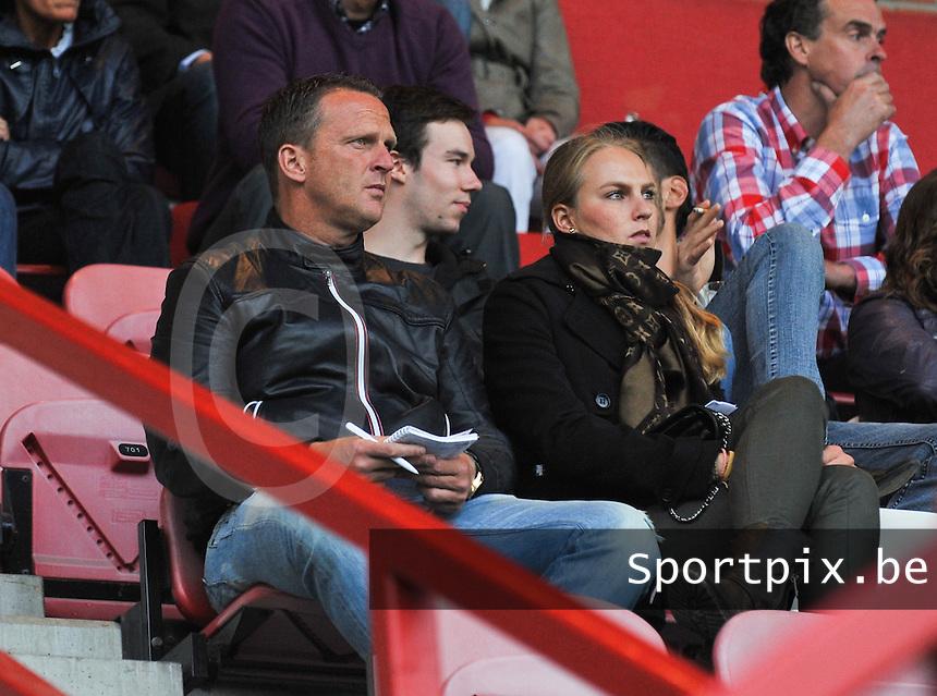 KV Kortrijk : Anderlecht Coach John van den Brom met zijn vrouw kijkend naar de wedstrijd tegen Sedan.foto VDB / BART VANDENBROUCKE