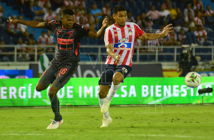 BARRANQUILLA - COLOMBIA ,02-02-2019: Teófilo Gutiérrez  (Der.) jugador del Atlético Junior   disputa el balón con Nicolas Palacios(Izq.) jugador del  Independiente Medellín  durante partido por la fecha 3 de la Liga Águila I 2019 jugado en el estadio Metropolitano Roberto Meléndez de la ciudad de Barranquilla . / Teofilo Gutierrez  (R) player of Atletico Junior fights for the ball with Nicolas Palacios  (L) player of Independente Medellin   during the match for the date 3 of the Liga Aguila I 2019 played at Metropolitano Roberto Melendez Satdium in Barranquilla City . Photo: VizzorImage / Alfonso Cervantes / Contribuidor.