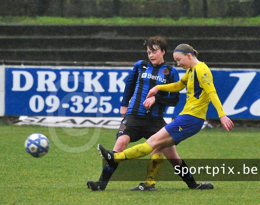 Club Brugge - STVV : Inge Heiremans aan de bal voor Jolien Nuytten.foto Joke Vuylsteke / Vrouwenteam.be