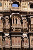 India, Rajasthan, Jaisalmer: Haveli, ornately carved merchants` house - close-up | Indien, Rajasthan, Jaisalmer (die goldene Stadt): Havelis von Jaisalmer, schoene Sandstein-Villen reicher Kaufleute - Detail