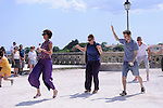Planetary Dance<br /> <br /> Conception : Anna Halprin<br /> Transmission : Anne Lopez<br /> Percussionniste : Franck Bataill&eacute;<br /> Cadre : Festival Uzes danse 2013<br /> Lieu : Promenade Racine<br /> Ville : Uzes<br /> 15/06/2013<br /> &copy; Laurent Paillier / photosdedanse.com