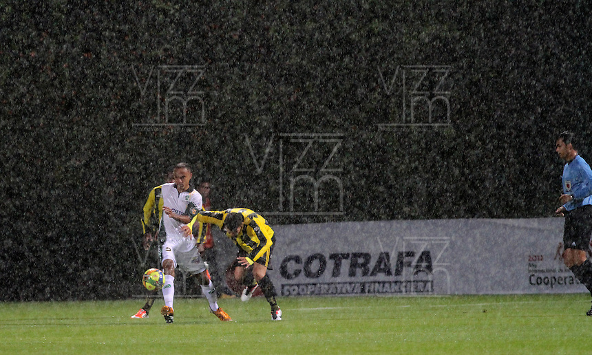 BOGOTA -COLOMBIA -09-02-2013.El partido de fútbol por la Liga Postobón entre los equipos La Equidad y Alianza Petrolera tuvo que ser suspendido por varios minutos por la intensa lluvia por el árbitro central Nicolás Gallo. The football match between the teams Postobón League Equity and Alliance Oil had to be suspended for several minutes in the pouring rain by the center referee Nicolas Gallo.. ( Photo / VizzorImage / Felipe Caicedo / Staff).