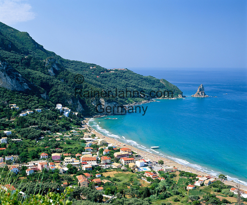 Greece, Corfu, Agios Gordis: View over holiday village and bay | Griechenland, Korfu, Agios Gordis: Urlaubsort mit Bucht und Strand