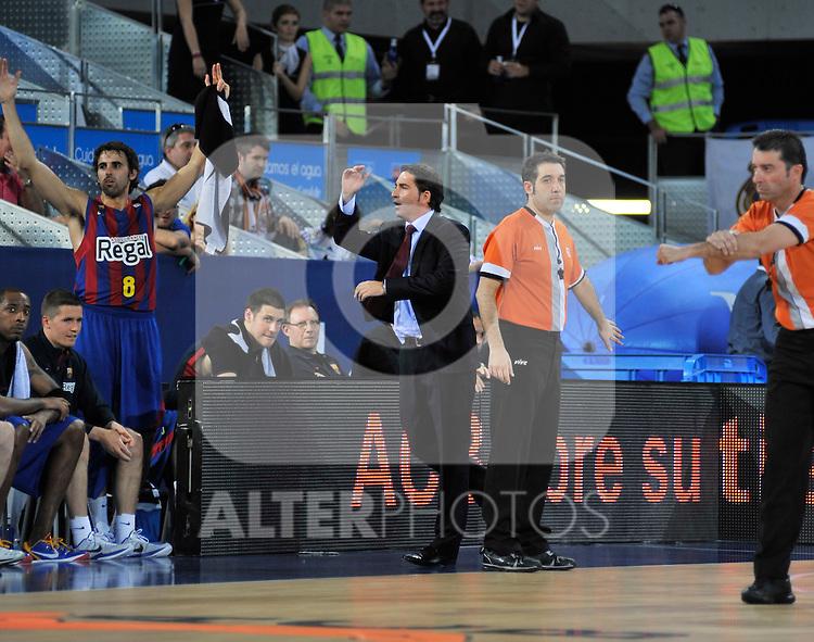 El entrenador del Barcelona Xavi Pascual protesta airadamente una decisión arbitral.